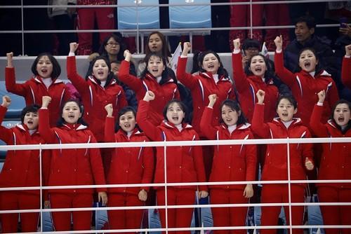 ВИДЕО ДНЯ. Заводные болельщицы Северной Кореи