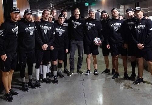 Ибрагимович сыграл в футбол с хоккеистами Лос-Анджелес Кингс