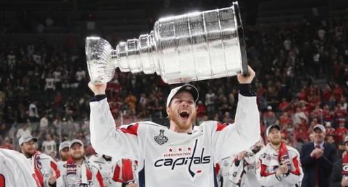 НХЛ. Вашингтон оформил 8-летний контракт с топ-защитником
