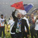 Игроки сборной Франции облили шампанским Дешама на пресс-конференции